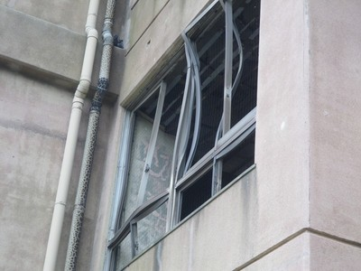ひしゃげた窓枠.jpg