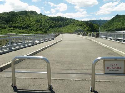 藤波ダム堤防の上.jpg