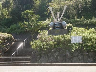 調川道路公園の兜.jpg