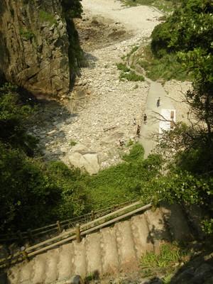 白山洞門への下り階段.jpg